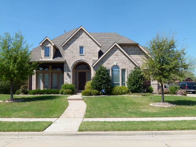beautiful_home_with_roof_and_green_lawns_in_dallas